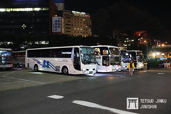 原本在新大阪車站前招攬旅客的野雞遊覽車,這些利用網路旅行社的名義,用低廉的票價招攬搭乘旅客的觀光巴士業者,因為2012年4月29日發生關越自動車道司機睡眠肇事事故,日本政府修改法令並大力取締的結果,此景現在已不復見(圖片來源:作者提供)