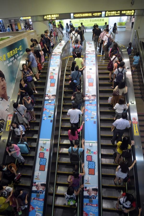 台北捷運早在2005年就取消「靠右站立讓出左側」政策,但卻不肯宣傳落實導致爭議不斷。(圖:自由時報)
