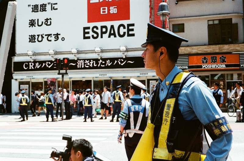 當個幽默的「DJ Police」 日本警察動手前先練習動口